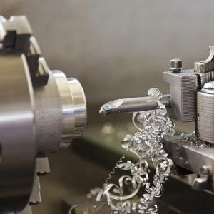 2 Metallbearbeitung: Bohren, Fräsen und Sägen mit den richtigen Werkzeugen