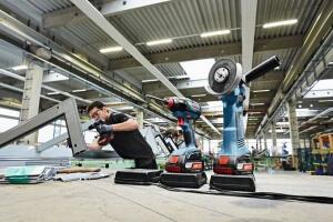 wireless-charging-akkuschrauber-winkelschleifer-beim-laden-300x200 Die neueste Ladetechnologie: Wireless Charging von Bosch