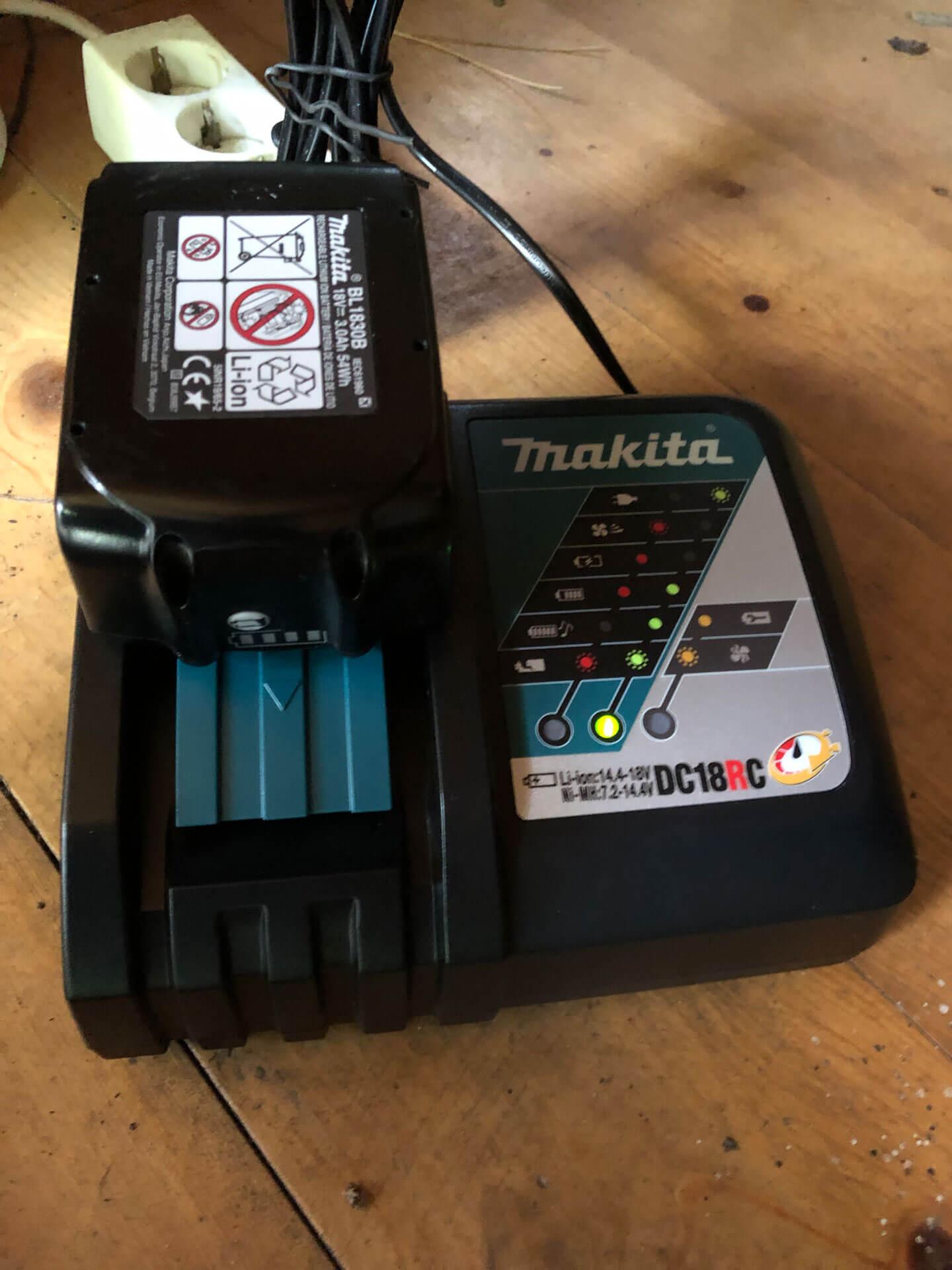 Detailaufnahme_Ladegerät_Makita Produkttest: Makita Akku-Exzenterschleifer